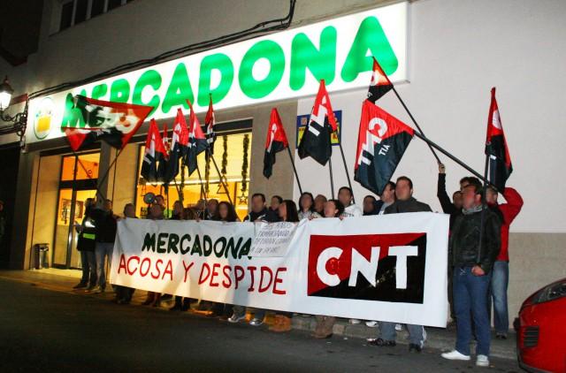 La CNT protestando ante un supermercado de Mercadona - cnt.es