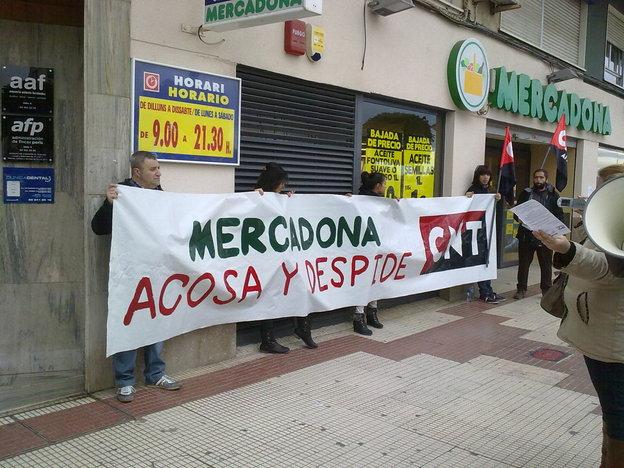 https://www.facebook.com/pages/Anarquistas/378066755607147  [Crónica] Nueva concentración de CNT frente a Mercadona en Alzira  CNT AIT -Valencia y CNT AIT -Vall d'Albaida vuelven a concentrarse en Alzira frente a Mercadona para exigir el pago del finiquito a sus afiliados/as y denunciar los despidos disciplinarios que se están produciendo en todo el Estado.     El AnarcoSindicato CNT AIT se concentró durante la mañana del sábado 25 de enero -por cuarta vez desde que se inició el conflicto- frente al Mercadona situado en la Avenida Blasco Ibáñez de Alzira para denunciar los despidos de carácter disciplinario que se están produciendo en la empresa de Juan Roig así como reclamar que se paguen los finiquitos a los/as trabajadores/as ya despedidos/as. La concentración -que transcurrió sin incidentes- reunió a 25 personas las cuales no pararon de gritar consignas y repartieron 600 octavillas entre clientes del supermercado y personas que pasaban por allí.     Al finalizar el acto se informó que las acciones van a continuar y que hay organizada una jornada de lucha a nivel estatal para la semana del 17 de febrero en la que participarán todos los AnarcoSindicatos de la CNT AIT   http://valencia.cnt.es/2014/01/cronica-nueva-concentracion-de-cnt-frente-a-mercadona-en-alzira/