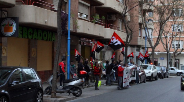 """[Crónica] Quinta concentración de CNT AIT contra Mercadona  CNT AIT se concentra por quinta vez en la provincia de Valencia para denunciar los abusos de Mercadona hacia sus trabajadores/as y exigir el pago de los finiquitos que debe a varios/as afiliados/as al Sindicato.     Tras las concentraciones en Tavernes Blanques, Xàtiva y dos en Alzira, los Sindicatos de CNT AIT de Valencia y Vall d'Albaida continúan con las acciones contra la cadena de supermercados. En esta ocasión volvieron a Xàtiva donde se concentraron durante dos horas el pasado sábado 8 de febrero a las puertas del Mercadona de la calle Vicent Boix. A las ya clásicas consignas """"Productos hacendado, productos que hacen daño"""" o """"Manos arriba, esto es Mercadona"""", también se coreó """"Que los despidos los paguen, Bárcenas y FAES"""" haciendo referencia a los donativos a la fundación de José María Aznar, sobre los cuales Juan Roig declaró la semana pasada ante el juez de la Audiencia Nacional Pablo Ruz.     La repercusión entre la gente que se acercaba a interesarse por el conflicto fue tal, que las 700 octavillas preparadas se acabaron en apenas 45 minutos. La mayoría de los/as clientes/as mostraron su apoyo y evitaron entrar a comprar, marchándose a otro establecimiento. Aun así, hubo quien terminó entrando -a pesar de estar de acuerdo con las reivindicaciones de la anarcosindical- porque """"si no compro aquí ¿dónde voy a ir?"""", demostrando que la empresa ha conseguido inculcar en la gente que es la única opción a la hora de realizar compras.     Desde que empezó el conflicto, hace un mes y medio, los actos de solidaridad por parte del resto de sindicatos que forman la CNT AIT , no han cesado en todo el Estado. Estos actos culminarán durante la semana del 17 al 23 de febrero, en la que hay una jornada de lucha convocada para que toda la Confederación, unida, plante cara a este gigante empresarial."""