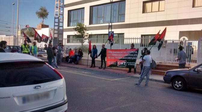 [Crónica] CNT se concentra contra la represión sindical de Servicarne en Almassora
